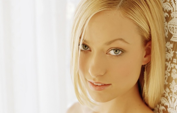 Картинка глаза, взгляд, девушка, лицо, улыбка, фон, портрет, светлый, актриса, оливия уайлд, блондинка, House, Хаус, сериал, …