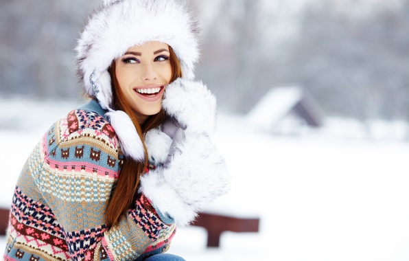 Картинка зима, взгляд, девушка, снег, радость, дом, шапка, смех, шатенка, свитер, рукавицы