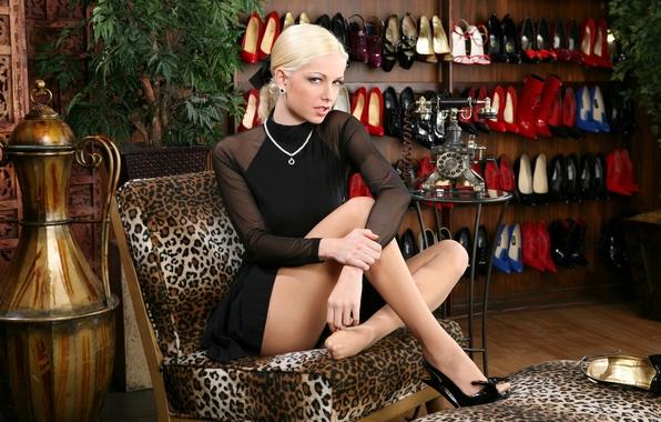 Картинка взгляд, девушка, украшения, кресло, платье, блондинка, ваза, ножки, туфли.