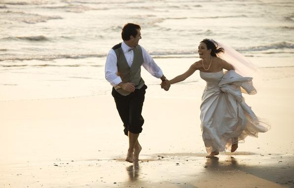 Картинка песок, море, радость, настроения, невеста, фата, свадьба, жених, свадебное платье