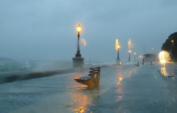 Картинка небо, брызги, шторм, фонари, ураган, набережная, скамья