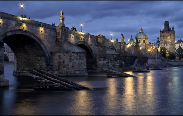Картинка небо, вода, свет, тучи, город, отражение, река, вечер, Прага, Чехия, освещение, фонари, синее, Prague, Czech, …