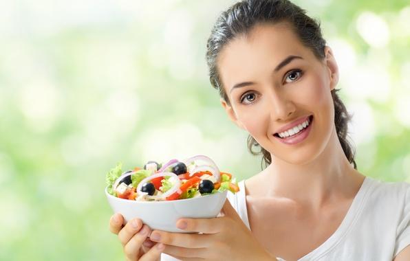 Картинка взгляд, девушка, улыбка, сыр, майка, лук, тарелка, шатенка, вилка, овощи, помидоры, боке, очарование, огурцы, салат, …
