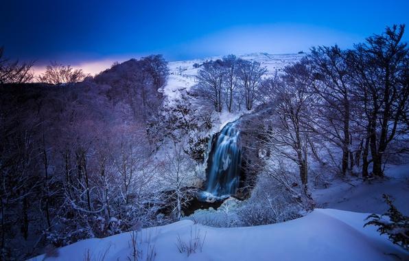 Картинка зима, снег, деревья, пейзаж, горы, природа, река, синева, Франция, цвет, водопад, Овернь