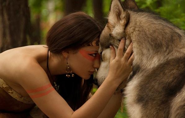 Картинка лес, взгляд, девушка, природа, волк, ожерелье, дружба, серёжка, амазонка