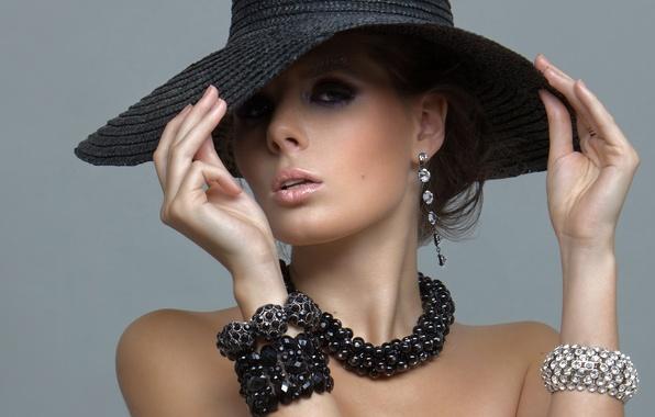 Картинка взгляд, стиль, модель, шляпа, серьги, ожерелье, плечи