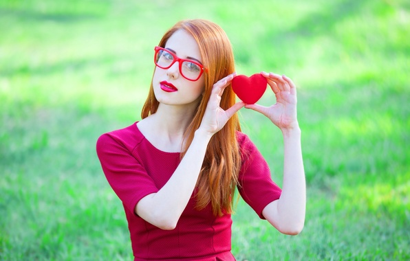 Картинка взгляд, поза, сердце, Девушка, платье, очки, рыжая