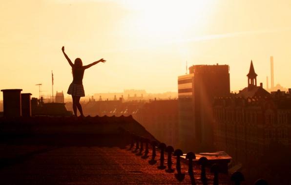 Картинка крыша, девушка, радость, города, девушки, настроение, вид, высота, дома, утро, руки, крыши