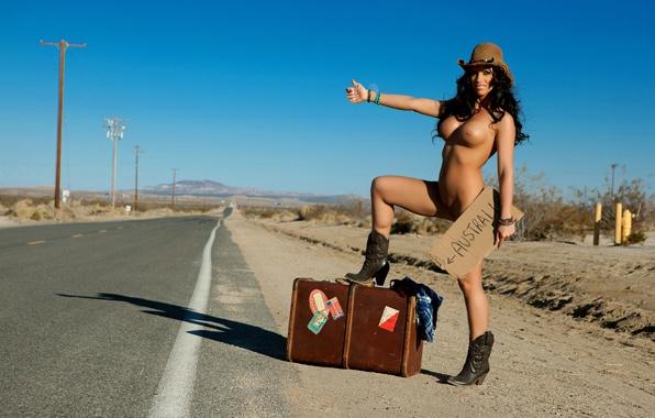 девушка голая на дороге права