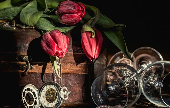 Картинка цветы, стиль, часы, ожерелье, бокалы, тюльпаны, натюрморт, сундучок