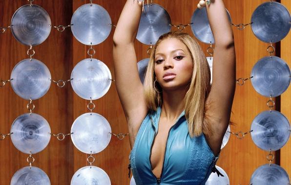 Картинка глаза, украшения, лицо, поза, ресницы, фон, волосы, руки, макияж, губы, Beyonce Knowles, певица