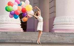 Картинка девушка, шарики, радость, счастье, свежесть, город, улыбка, воздушные шары, фон, праздник, widescreen, обои, улица, настроения, ...