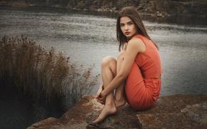 Картинка осень, взгляд, девушка, природа, лицо, поза, озеро, камни, настроение, милая, модель, портрет, утро, платье, прикосновение, ...