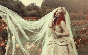 Картинка девушка, цветы, стиль, парк, настроение, модель, розы, корона, платье, рыжая, невеста, рыжеволосая, фата, свадебное платье, ...