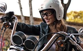 Картинка девушка, лицо, улыбка, мотоцикл, шлем, кожаная куртка