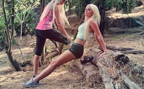 Обои лес, трава, деревья, природа, девушки, спорт, бег, тела, sport, grass, блондинки, ножки, forest, legs, trees, ...