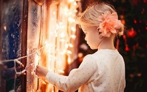 Картинка зима, огни, ребенок, огоньки, окно, мороз, девочка, гирлянда, праздники