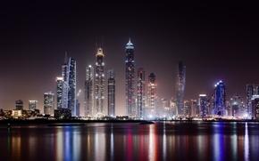 Обои вода, свет, ночь, город, огни, здания, дома, небоскребы, освещение, Дубай, мегаполис, ОАЭ, Объединённые Арабские Эмираты