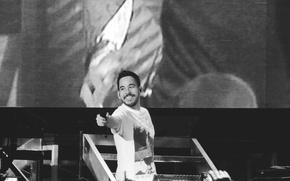 Картинка music, smile, microphone, Linkin Park, Mike Shinoda, rap, rapper, screen, black and white, b/w, stage, ...