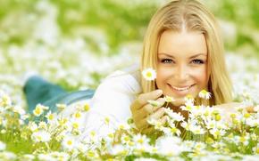 Картинка глаза, взгляд, девушка, солнце, радость, счастье, цветы, лицо, улыбка, фон, обои, позитив, ромашка, блондинка