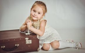Картинка платье, девочка, бусы, чемодан