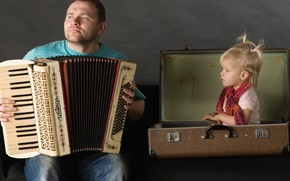 Картинка мужик, ситуация, отец, девочка, чемодан, аккордеон