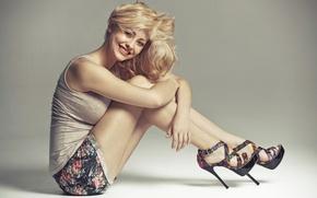 Картинка взгляд, девушка, поза, улыбка, блондинка, каблуки, ножки
