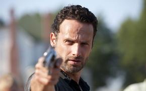 Картинка пистолет, фон, зомби, zombie, сериал, актёр, serial, The Walking Dead, Rick Grimes, Ходячие мертвецы, Andrew ...