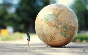 Обои дорога, глобус, девушка, ситуация