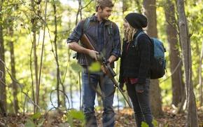 Обои оружие, кадр, Хлоя Грейс Морец, снайперка, рюкзак, The 5th Wave, Alex Roe, шапка, карабин, 5-я ...
