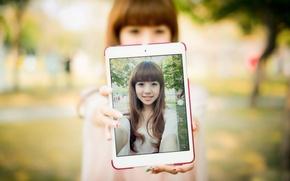 Картинка портрет, планшет, восточная девушка, улыбка