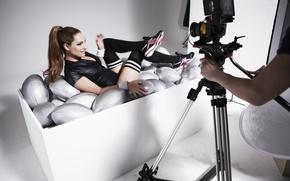 Картинка модель, Kelly Brook, камера, брюнетка, лежит