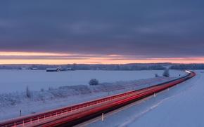 Картинка зима, дорога, поле, небо, снег, тучи, рассвет, утро, выдержка, трафик, домики, Швеция, заря