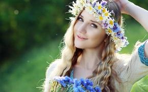 Картинка лето, девушка, цветы, природа, ромашки, блондинка, венок, локоны, васильки
