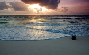Картинка песок, море, пляж, небо, пена, вода, облака, камень, лучи солнца