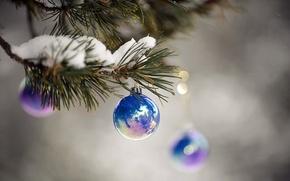 Картинка макро, снег, синий, праздник, новый год, ветка, блестящий, ёлочные шары