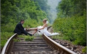 Картинка фон, ситуации, обои, свадьба, жених и невеста на рельсах