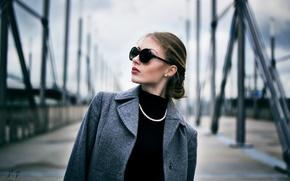 Картинка очки, бусы, шатенка, пальто