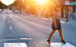 Картинка дорога, девушка, солнце, свет, машины, улица, дома, переход