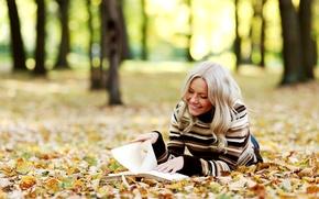 Картинка осень, листья, девушка, деревья, улыбка, блондинка, книга, читает