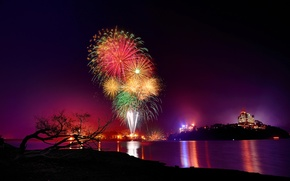 Картинка ночь, город, огни, озеро, фейерверк