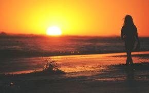 Картинка море, волны, девушка, солнце, закат, брызги