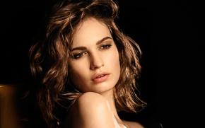 Картинка модель, портрет, духи, макияж, реклама, актриса, прическа, шатенка, красотка, черный фон, фотосессия, Лили Джеймс, Lily …