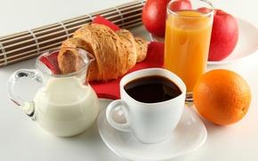 Обои круассан, чашка, молоко, сок, кофе, блюдце, кувшин, апельсин, завтрак, яблоки, белая