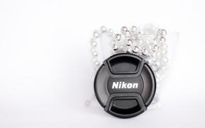 Картинка стекло, макро, фото, минимализм, чашка, Nikon, белый фон, бусы, silver, white, крышка объектива