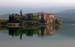 Картинка холмы, озеро, дом, Италия, лес