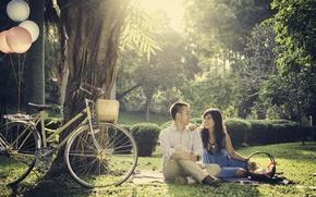 Картинка трава, листья, девушка, деревья, велосипед, парк, шары, корзина, пара, парень, солнца