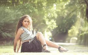 Картинка лето, солнце, юбка, туфли, ножки, травка, кудрявая