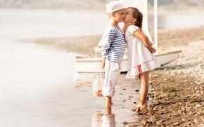 Обои море, пляж, дети, поцелуй, мальчик, платье, дружба, девочка, girl, beach, dress, sea, kiss, boy, моряки, ...