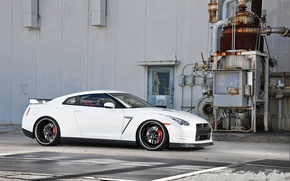 Картинка белый, чёрные, здание, nissan, white, диски, вид сбоку, gtr, гтр, r35, wheels.black.ниссан